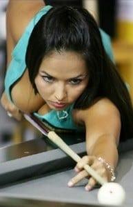 chica jugando billar